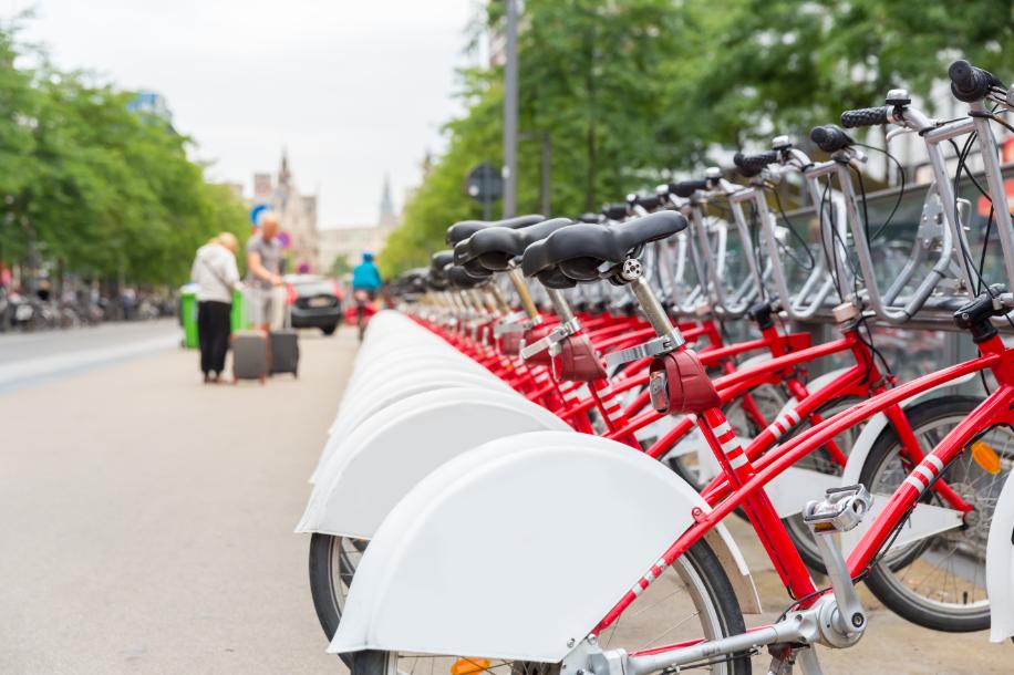 Nas Cidades Inteligentes, um urbanismo eficiente prevê a busca de soluções para o futuro da mobilidade da população.