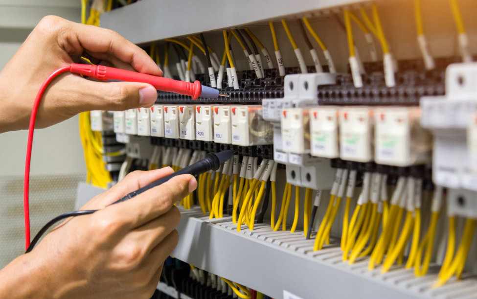 Os projetos elétricos em Revit têm imensas vantagens frente às metodologias tradicionais porque permitem uma especificação de componentes com características bem definidas, o que é imprescindível para uma melhor comunicação e entendimento, tanto dos envolvidos nessa fase do projeto como dos clientes. Veja nesse post como a compatibilidade dos fluxos de trabalho, incorporação de componentes de seus próprios padrões de camadas e realização das estimativas e documentação para o projeto estão dentro de alguns benefícios que o Revit MEP pode proporcionar dentro do setor AECO. Vantagens dos projetos elétricos em Revit Antes de passarmos ao Revit MEP, vamos pincelar apenas o que é BIM para reforçar os conceitos dessa metodologia colaborativa, que é focada nos pilares pessoas, processos e tecnologia. O Building Information Modeling permite um fluxo de trabalho inteligente a partir de um modelo único tridimensional, carregado com um banco de dados que vai servir durante todo o ciclo de vida do projeto e permitir o compartilhamento entre todos os envolvidos, inclusive para os projetos complementares MEP (hidráulica, elétrica e mecânica). O BIM traz ferramentas avançadas e com informações muito precisas para projetar, planejar, construir, gerenciar e operar edificações residenciais, comerciais, industriais ou de infraestrutura. Alguns softwares foram desenvolvidos para dar suporte ao BIM, e o Revit é um dos mais utilizados no setor construtivo, permitindo a colaboração multidisciplinar em projetos. Dentro da área da arquitetura e engenharia, esse conhecimento em Revit traz amplas vantagens para os profissionais que vão mudar verdadeiramente o mindset para adotar um fluxo muito inteligente de trabalho e resultados otimizados. Essas vantagens se estendem às empresas que fizeram a devida implementação do BIM. Nos projetos elétricos, há uma verdadeira sequência de necessidades, como promover a separação dos circuitos elétricos, localizar o padrão de energia e o Quadro de Distribui