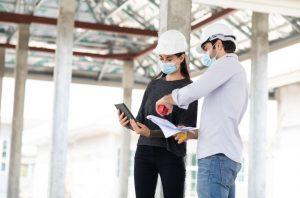 O BIM na arquitetura oferece diversos recursos aos profissionais que garantem mais controle de design, velocidade e qualidade aos projetos. Com o conceito BIM arquitetura, as percepções dos profissionais a respeito do projeto ganham um grande incremento desde o início, a partir da visão tridimensional e detalhada, que também oferece recursos de sequenciamento para estimativas de custos, tempo de obras e revisões, de acordo com a entrada das demais disciplinas ligadas à obra. Além de operar com ferramentas importantes para conceder um design mais otimizado e preciso, a metodologia traz recursos para modelagem, fluxos de trabalho integrados, coordenação e documentação dos projetos. Veja nesse post, tudo o que a tecnologia BIM na engenharia e arquitetura pode trazer de benefícios para os resultados do trabalho. O que é BIM na arquitetura? Até em torno dos anos 1990, o trabalho dos arquitetos tinha a prancheta e os vegetais como recursos imprescindíveis para possibilitar a criação do design e apresentação dos projetos. Com o surgimento dos programas CAD para desenhos em computador, essa realidade começou a se modificar, e foi assim que arquitetura e tecnologia começaram a se associar de forma amigável, ainda que de forma lenta em relação a outros setores da economia. Porém, o BIM na arquitetura transformou completamente as possibilidades e resultados dos projetos a partir da modelagem tridimensional, carregada com banco de dados, que garante muito mais eficiência e assertividade na documentação. Mas o que é BIM? Amparada nos pilares tecnologia, processos e pessoas, essa metodologia de trabalho colaborativa, baseada no modelo digital 3D único e inteligente, traz recursos para projetar, planejar, orçar, gerenciar, executar e operar os projetos de construção em todo o ciclo de vida até a demolição. Para o arquiteto, é certamente uma grande possibilidade de atendimento das expectativas dos clientes, porque o BIM permite melhor entendimento da intenção do projeto, funcionali